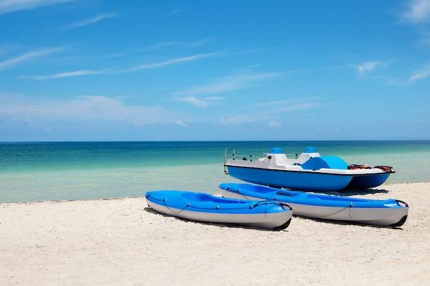 Kajak blu sulla spiaggia dell'isola di cayo blanco in mar dei caraibi
