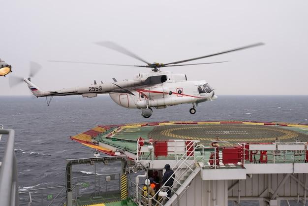Kaliningrad, federazione russa, 05/07/2014. un elicottero atterra sul sito dell'impianto offshore.