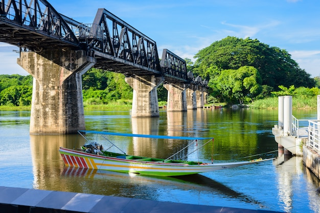 Kanchanaburi (tailandia), il ponte sul fiume kwai