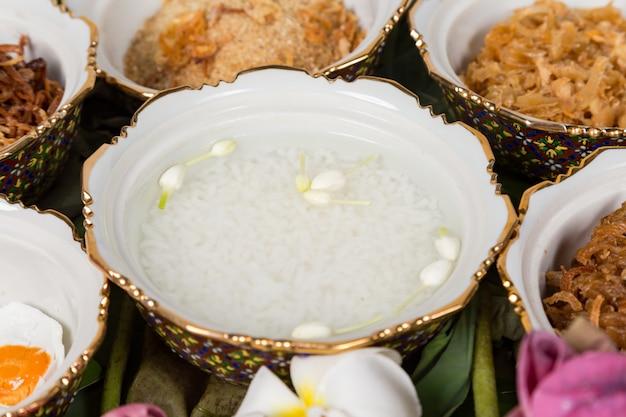 Kao-chae (riso cotto inzuppato in acqua ghiacciata e mangiato con il cibo complementare usuale