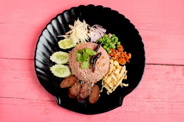 Kao klook ga-pi (riso mescolato con pasta di gamberetti) su legno rosa