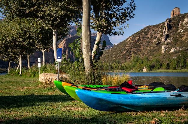 Kayak colorati o canoe sulla riva del lago .. sant llorenç de montgai.catalonia. fiume segre.