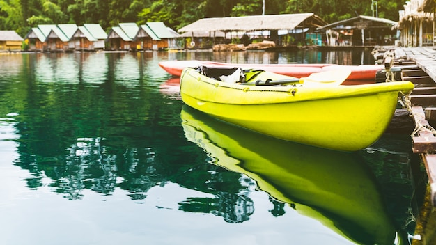 Kayak di ricreazione di vacanza alla località galleggiante di zattera, cheow lan lake, diga di rajjaprabha, tailandia