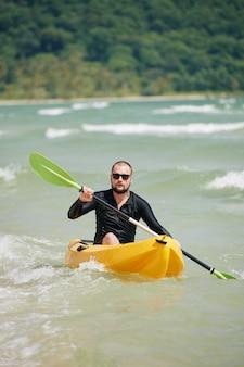 Kayak sulle onde del mare