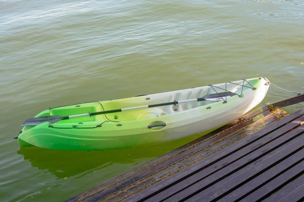 Kayak verde sulla riva del fiume
