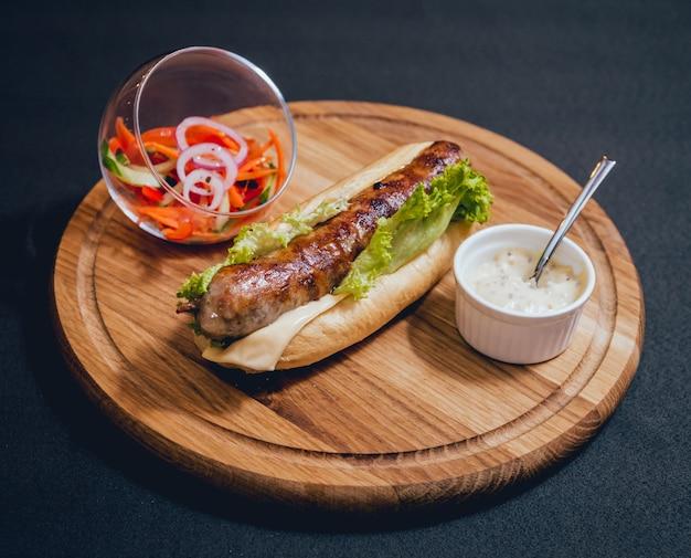 Kebab alla ricerca di pollo alla griglia con panino e formaggio freschi