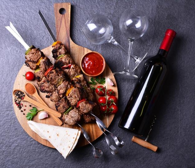 Kebab con vino spezie e verdure