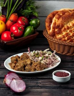 Kebab di carne con cipolle sul tavolo