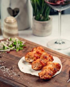 Kebab di carne con verdure e bicchiere di vino