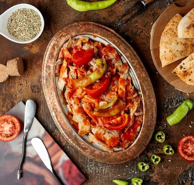 Kebab di iskender nella vista del piano del tavolo