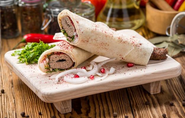 Kebab di lula con erbe su una superficie di legno