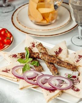 Kebab di lule con erbe all'interno