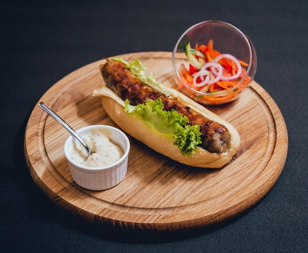 Kebab di pollo alla griglia con panino e formaggio freschi