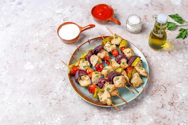 Kebab di pollo con verdure, ketchup, maionese, vista dall'alto