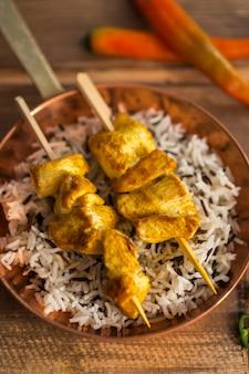 Kebab di pollo e riso