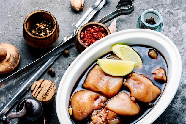 Kebab di pollo piccante crudo