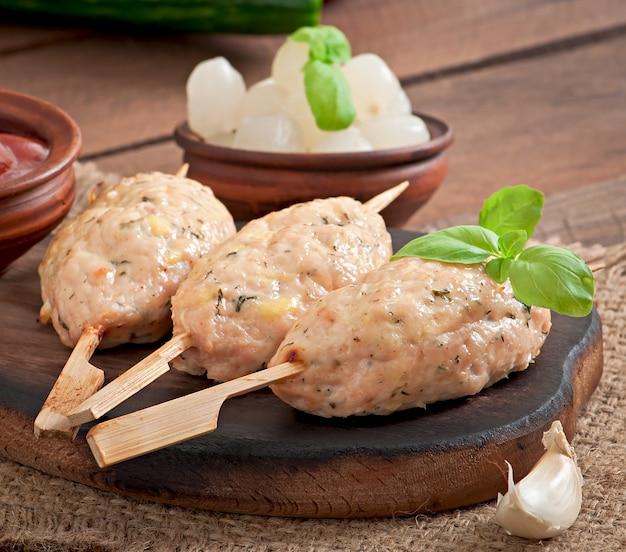 Kebab di pollo tritato con aneto e prezzemolo