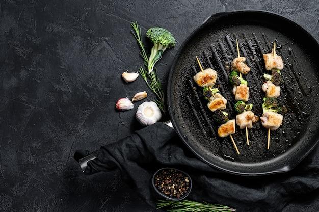 Kebab - spiedini di carne alla griglia, shish kebab con verdure.