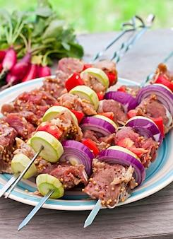 Kebab succosi e verdure grigliate