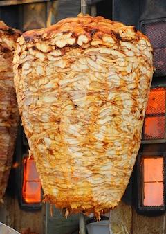 Kebab sul suo speciale vassoio da cucina per barbecue