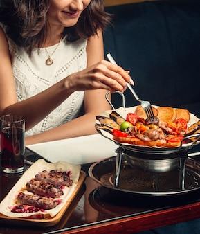 Kebab tradizionale sul tavolo