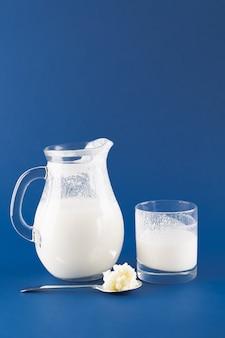 Kefir di bevande fermentate fatte in casa con chicchi di kefir su uno sfondo blu alla moda, concetto di cibo fermentato naturale e salute intestinale