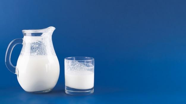 Kefir di bevande fermentate fatte in casa su uno sfondo blu alla moda, concetto di cibo fermentato naturale e salute intestinale