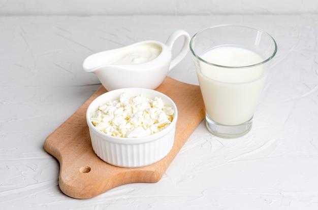 Kefir fermentato fatto in casa, ricotta e panna acida