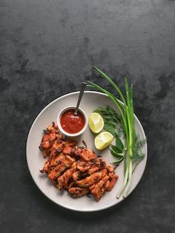 Kerala chicken pakoda. yummy pakora preparati in stile sud indiano. cibo indiano