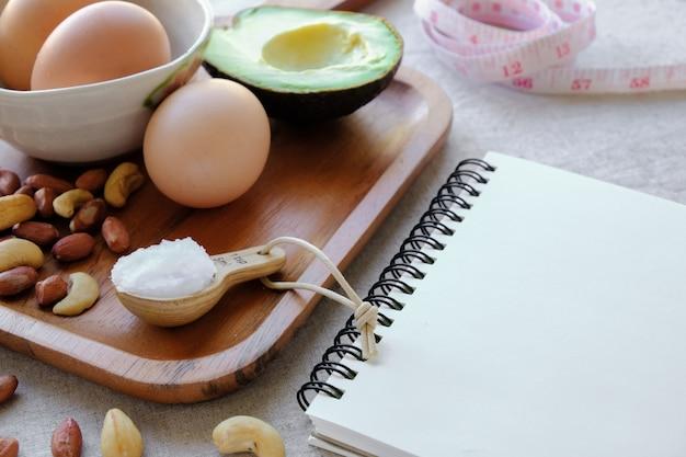 Keto, dieta chetogenica, basso contenuto di carboidrati, alto contenuto di proteine e grassi con blocco note