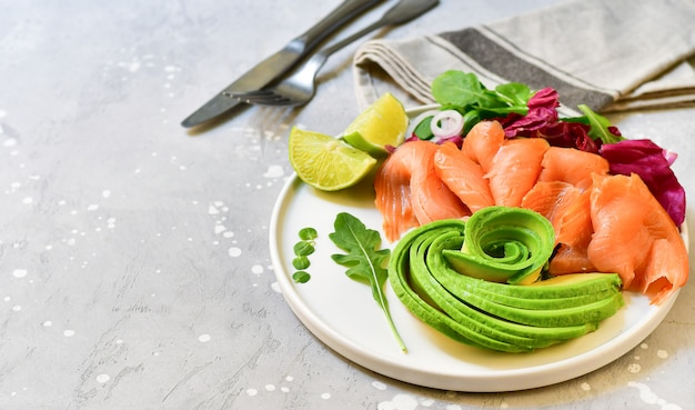 Keto food salmone e insalata di avocado con rucola e lime. cibo chetogenico