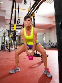 Kettlebells di forma fisica di crossfit oscillano l'allenamento di esercizio in palestra