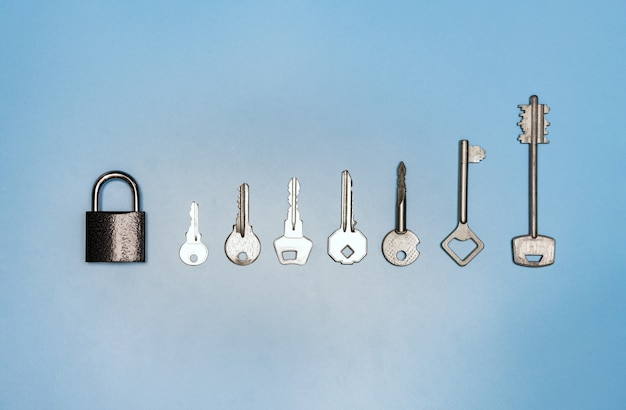 Key set concept, lock e diversi tasti antichi e nuovi, sfondo blu