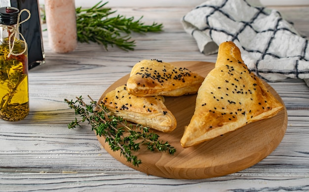 Khachapuri di cibo georgiano tradizionale con carne e formaggio
