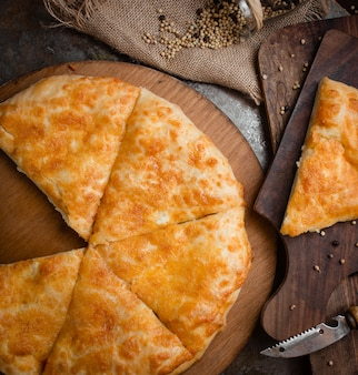 Khachapuri georgiano della pizza affettato su un formaggio fuso.