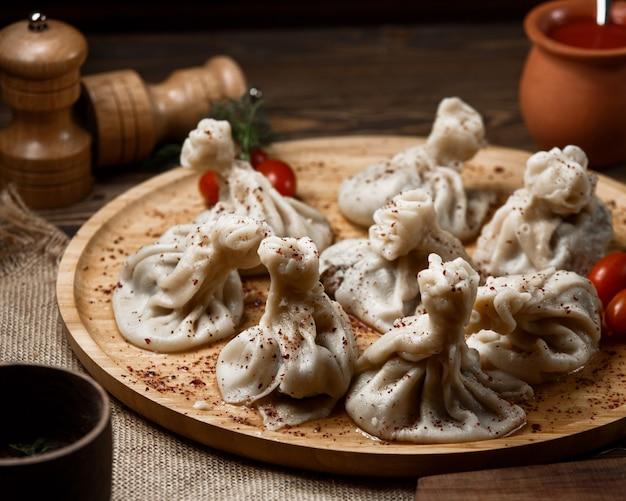 Khinkali georgiano su un piatto di legno.