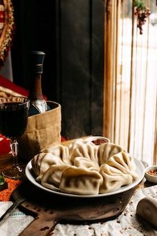Khinkali georgiano sul tavolo