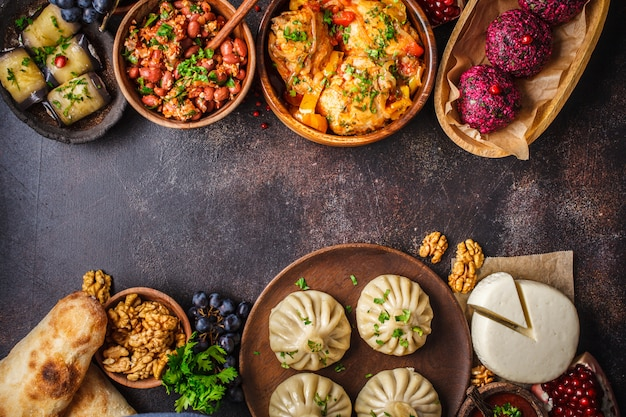 Khinkali, phali, chakhokhbili, lobio, formaggio, involtini di melanzane, tavolo scuro.
