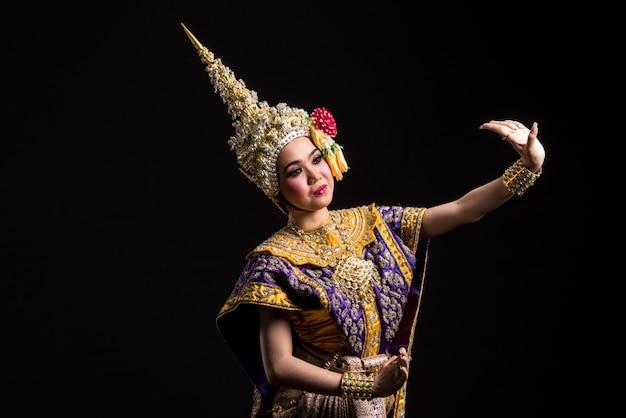Khon mostra donna asiatica in costume tradizionale della thailandia