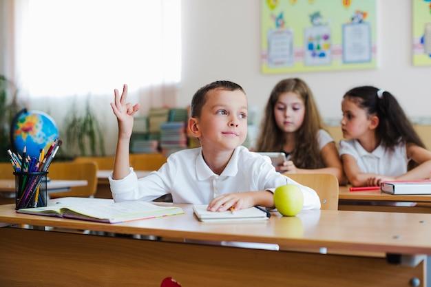 Kid che tiene in su in aula