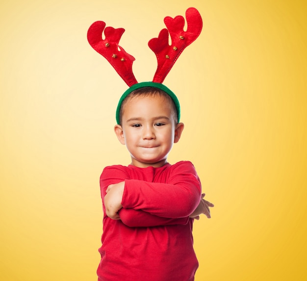 Kid con reinderr peluche e le braccia incrociate