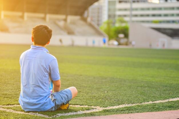 Kid è seduto in un angolo del campo