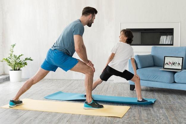 Kid e suo padre fanno sport a casa