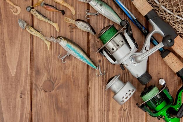 Kiev, ucraina - 15 maggio 2019 attrezzatura da pesca - pesca spinning, ganci e esche su fondo in legno con spazio di copia