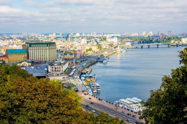 Kiev, vista di dnipro e città in autunno