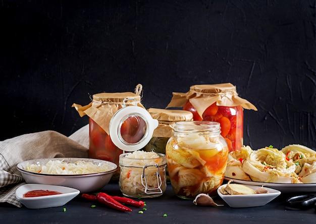 Kimchi di cavolo, pomodori marinati e vasi di vetro acido crauti