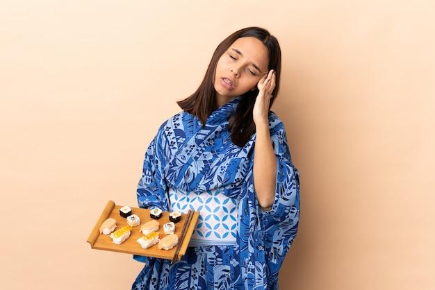 Kimono d'uso della donna e giudicare i sushi più isolati con l'emicrania