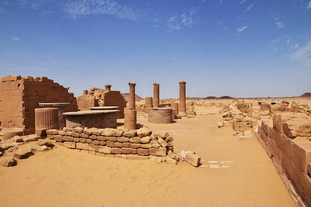 Kingdom kush - le rovine del tempio nel deserto del sahara in sudan