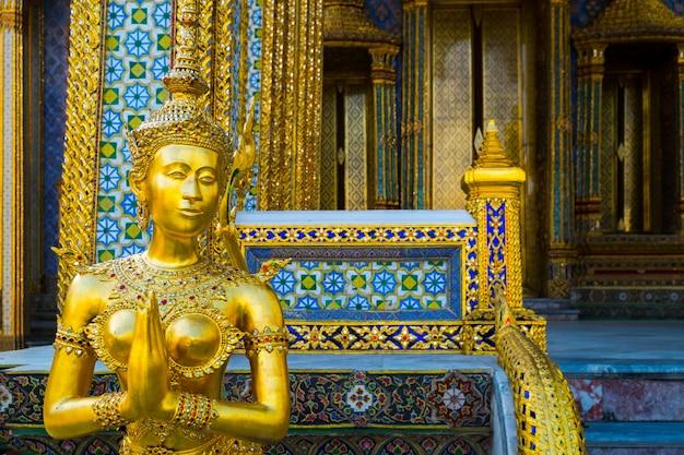 Kinnara dal famoso tempio di smeraldo bangkok, thailandia