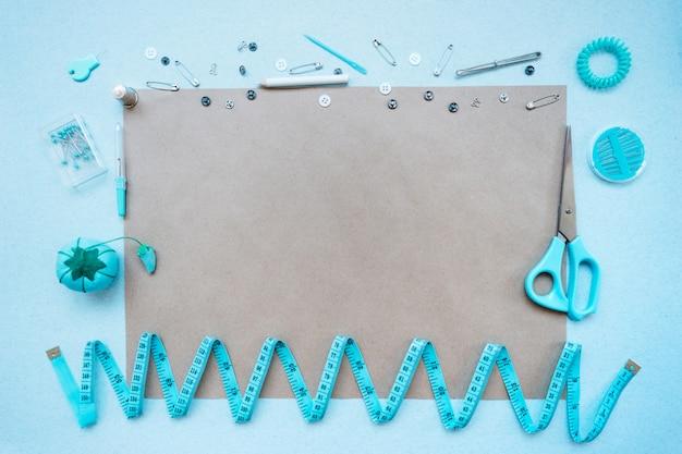 Kit da cucito su sfondo blu. vista dall'alto